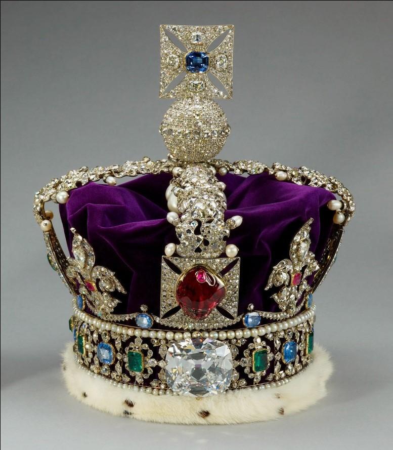 Coroa Real inglesa com esmeraldas, rubis, safiras, pérolas e 3000 diamantes. Símbolo de autoridade e poder econômico.
